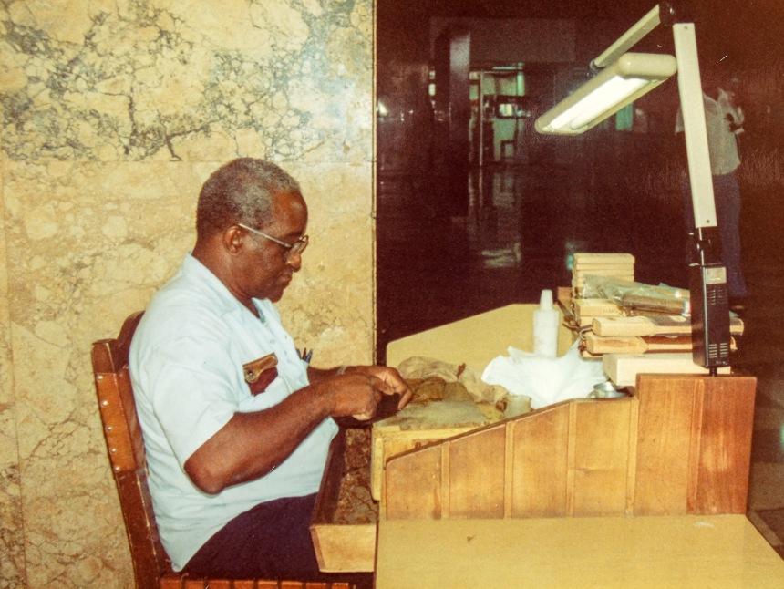 Confecção de charutos na Habana Libre