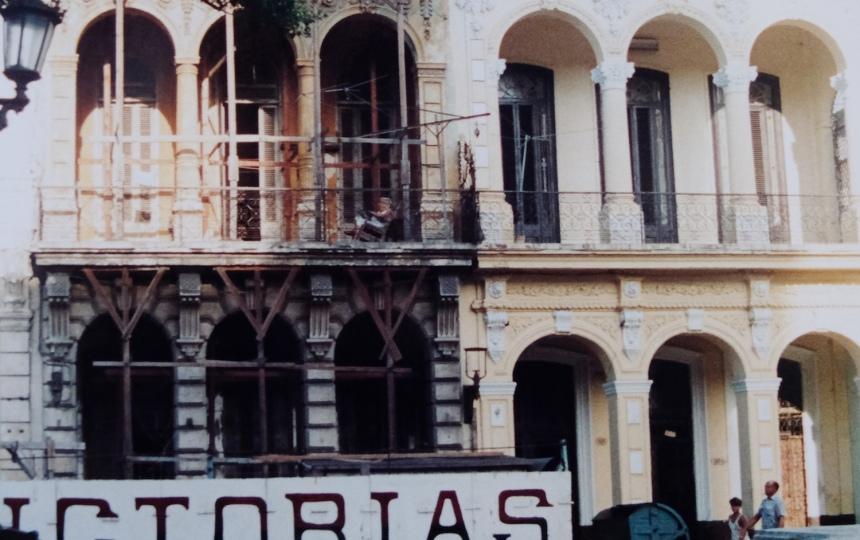 Em algumas ruas da cidade sucediam-se prédios com andaimes a segurar o piso superior