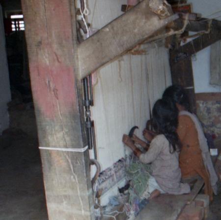 criança num tear em Agra
