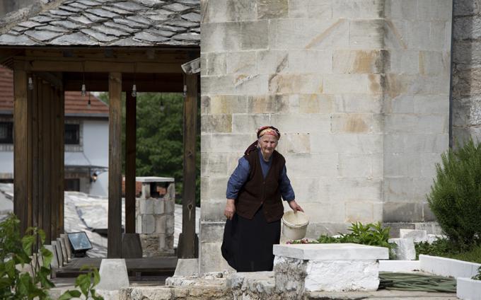 mulher em Mostar no lado sérvio