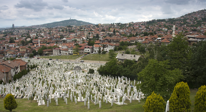 um dos vários cemitérios em Sarajevo