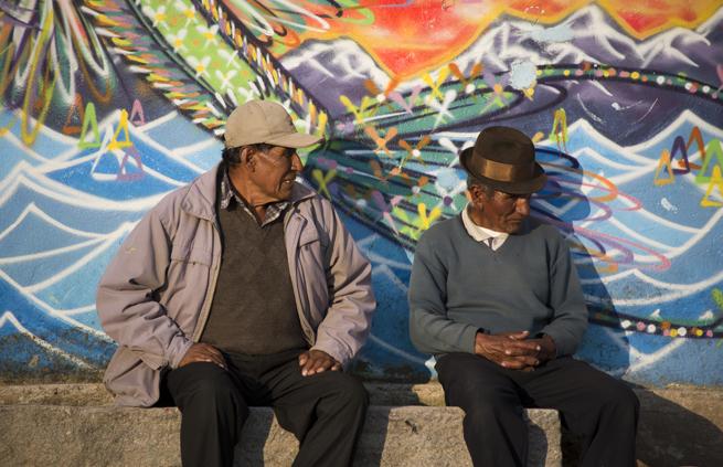 Homens no cais junto ao lago Titicaca
