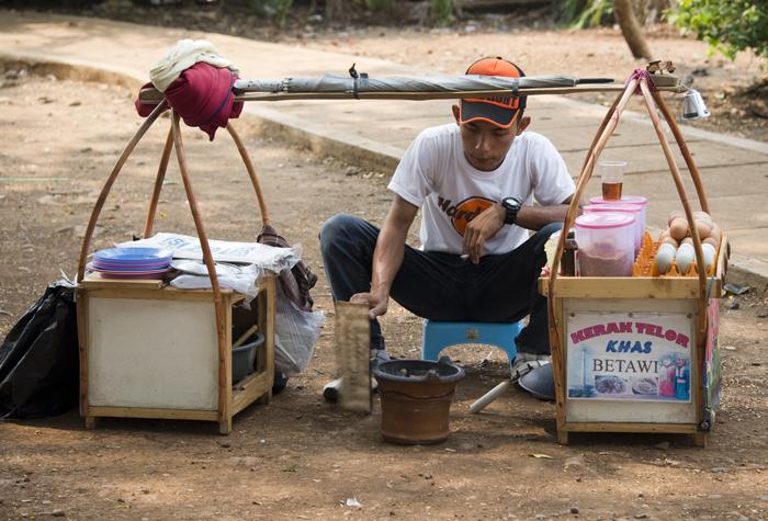 Vendedor na praça Merdeka