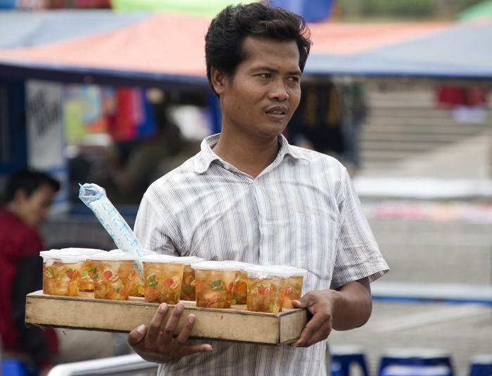 nas ruas vendem bebidas com fruta e são refrescantes