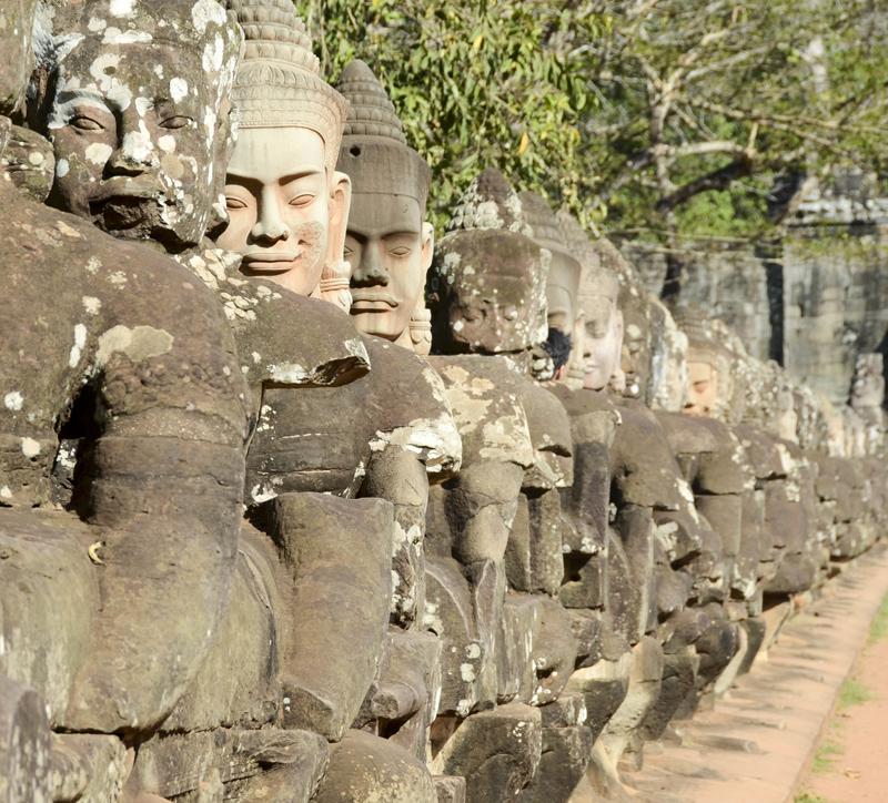 uma das filas de 54 estátuas