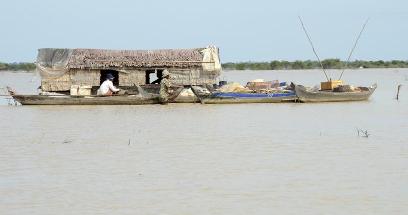 embarcação no lago Tonlé