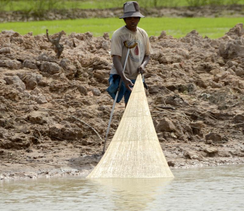 pescador num canal do lago