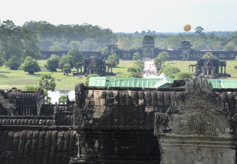 balão a sobrevoar Angkor