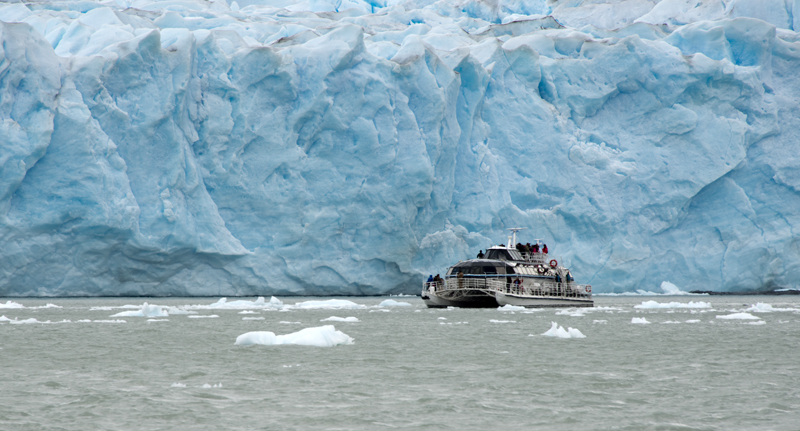 barco junto ao Perito Moreno