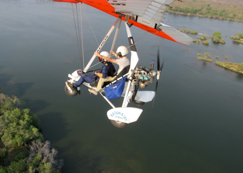 Microlight sobrevoa o Zambeze
