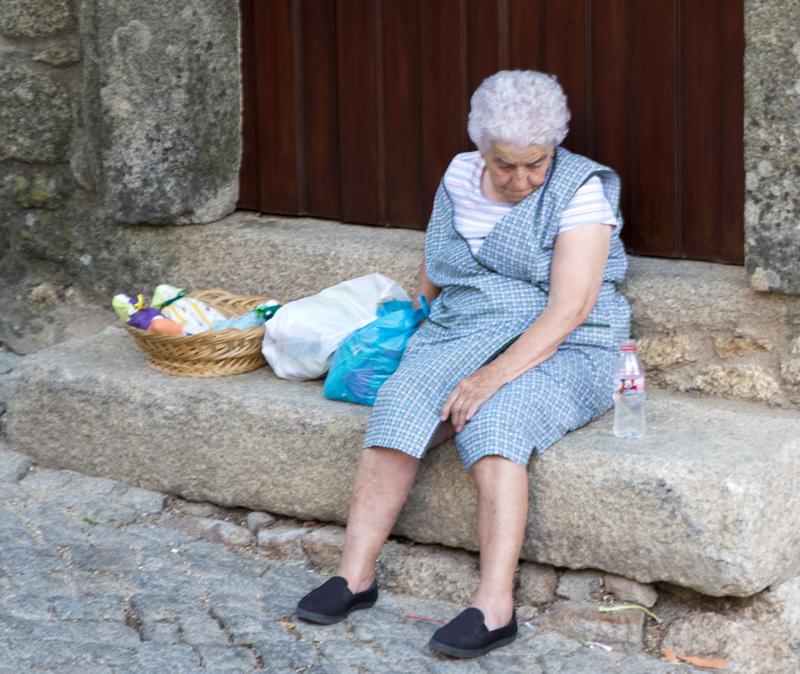 mulher vende marafonas na subida para o castelo