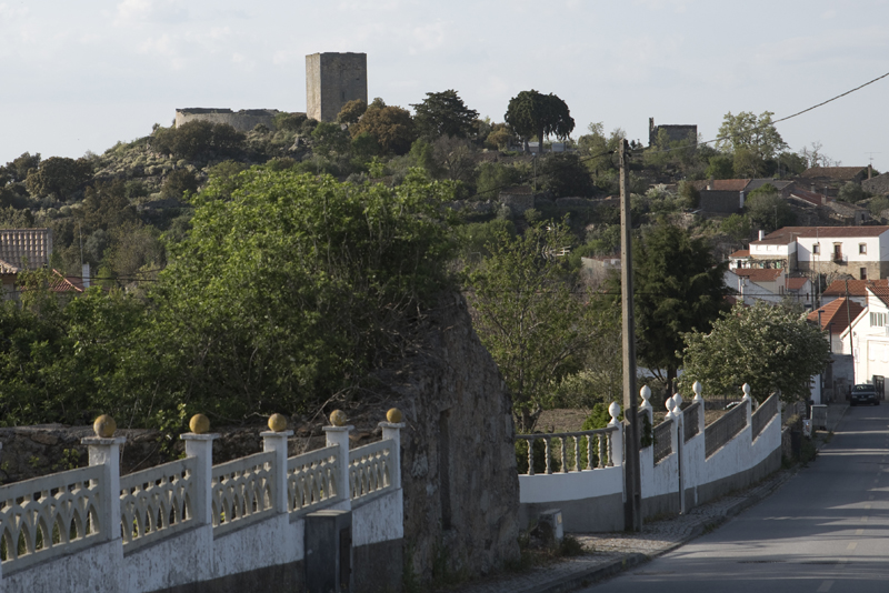 O castelo visto à entrada de Vilar Maior