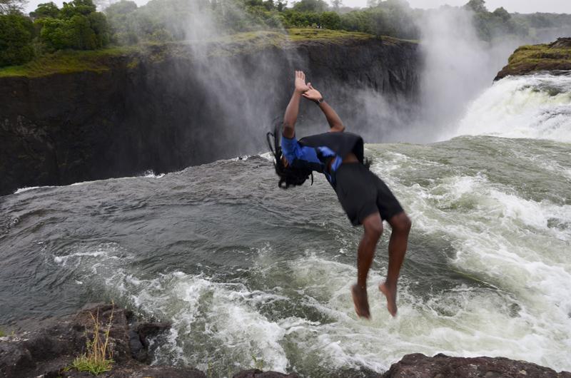 guia mergulha para Zambeze ao lado das cataratas