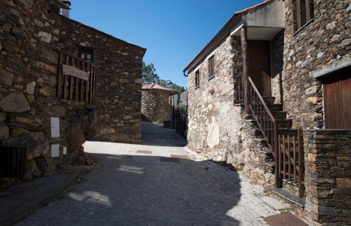 Casas de xisto no centro da aldeia