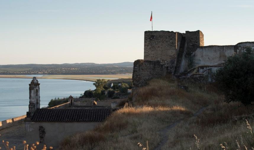 Torre de menagem com a bandeira e o Guadiana
