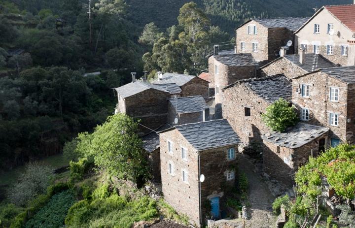 Casas de xisto junto à Ribeira