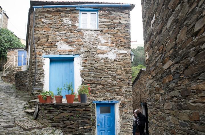 Interior da aldeia com as casas de xisto