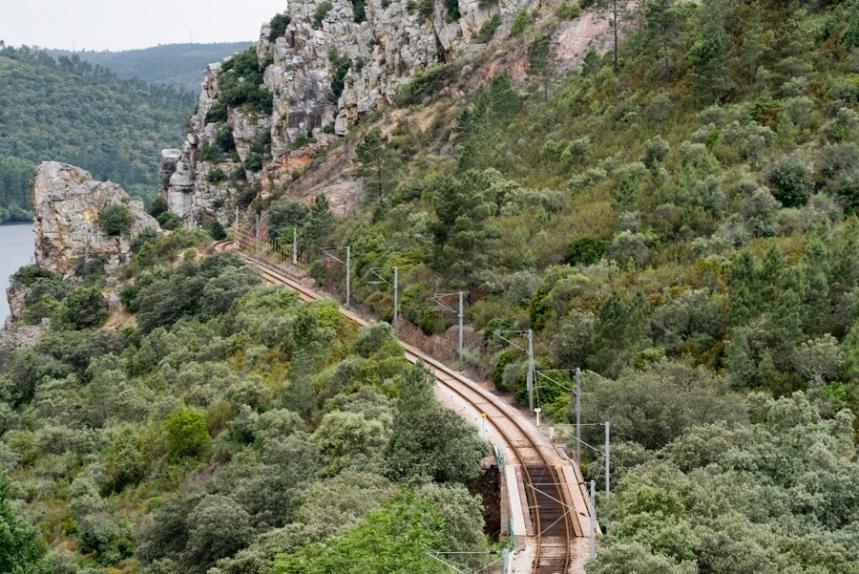 Linha do comboio da Beira Baixa junto a uma das escarpas