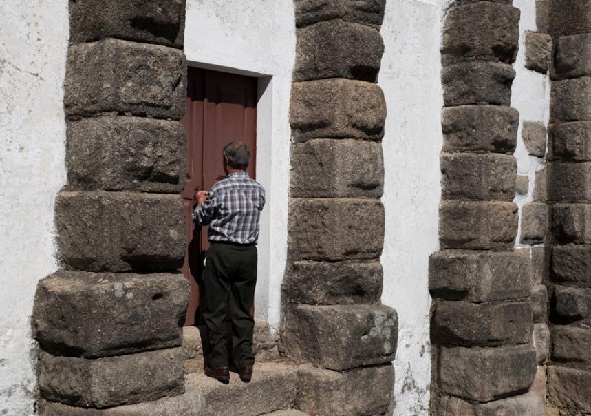 O Sr. Amadeu a abrir a porta da igreja