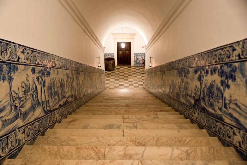 Paredes com azulejos na escadria de acesso ao 1º piso