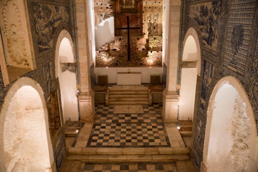 Igreja - painéis de azulejo cobrem as paredes