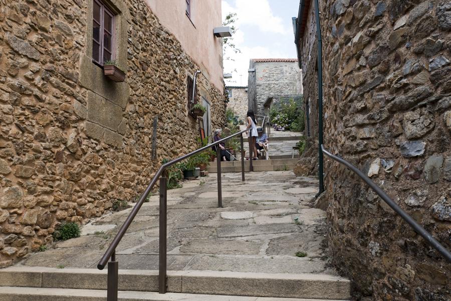 Rua com casas tradicionais e em bom estado