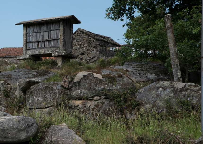 Espigueiro e casas de pedra com tecto de xisto