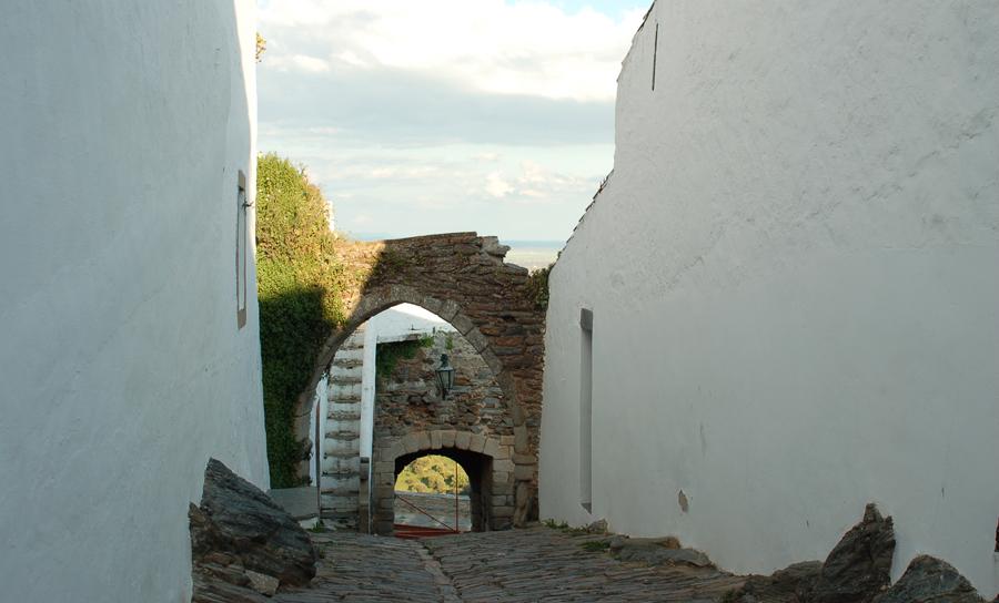 Ruas caiadas de branco