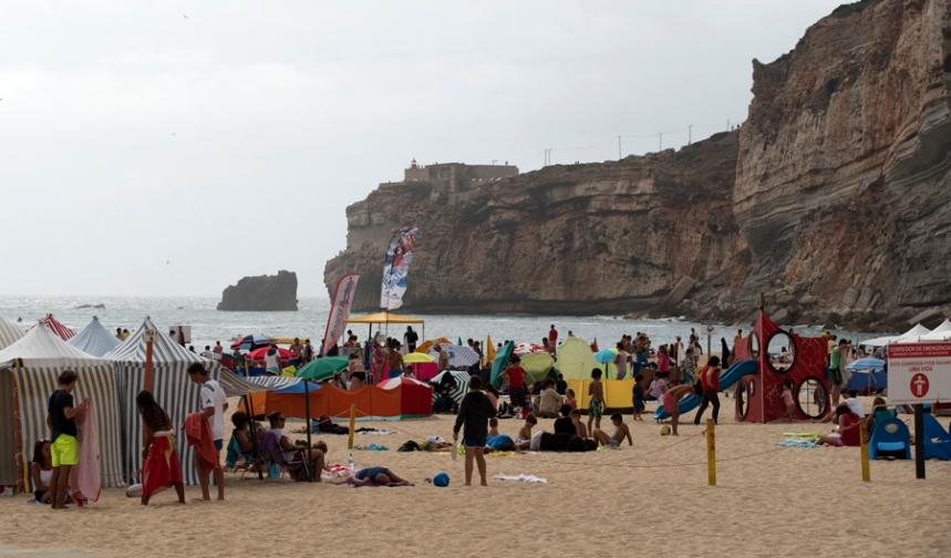Praia da Nazaré próximo da falésia