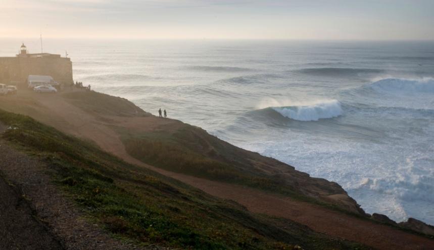 O forte e as ondas da Praia do Norte