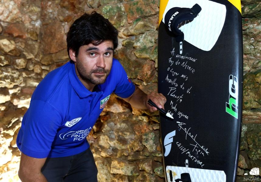 Rafael Tapia oferece prancha para o Mural do Surfista ©CM Nazaré