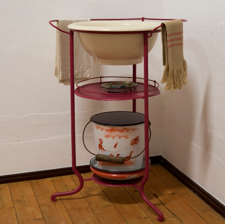 Lavatório que também está no quarto e de cor rosa velho