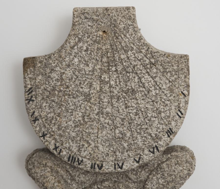 Relógio solar feito em pedra e em exibição no museu