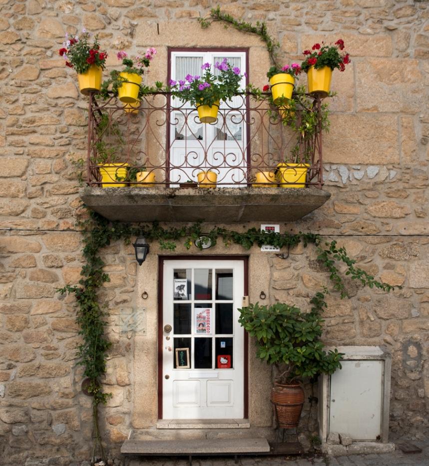 Casa decorada com flores no centro de Almeida