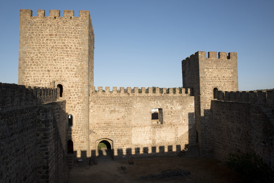 Interior do castelo e a torre de menagem
