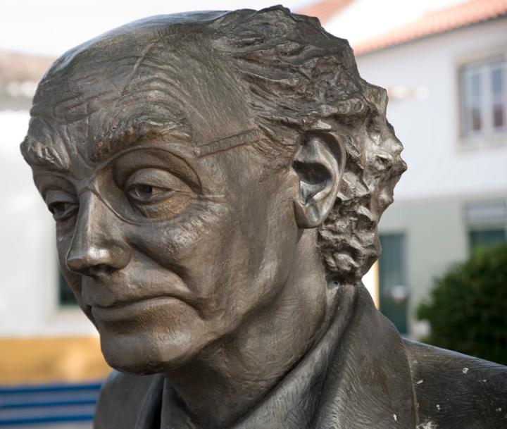 Estátua de Saramago