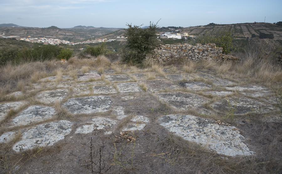 A eira de pedra num dos extremos da aldeia