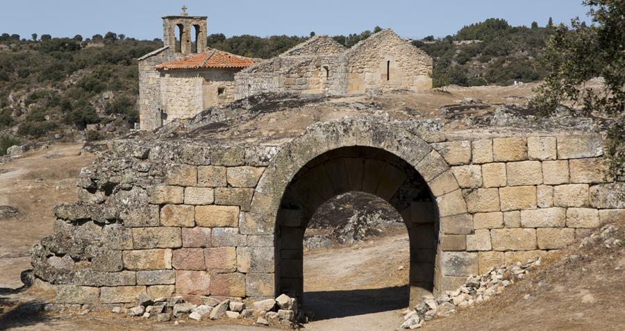 As muralhas e a igreja