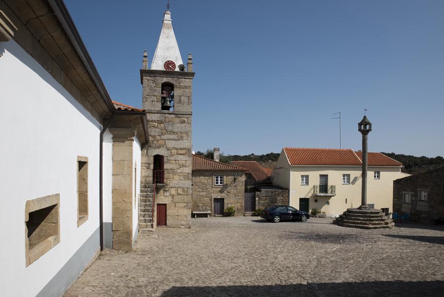 Largo da igreja com o pelourinho que é o mais alto de Portugal e com uma só pedra