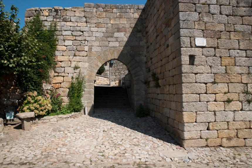 Entrada para o interior das muralhas