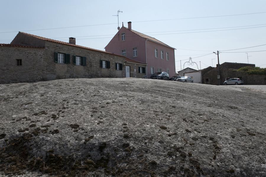 Interior da ldeia com rochedos de granito