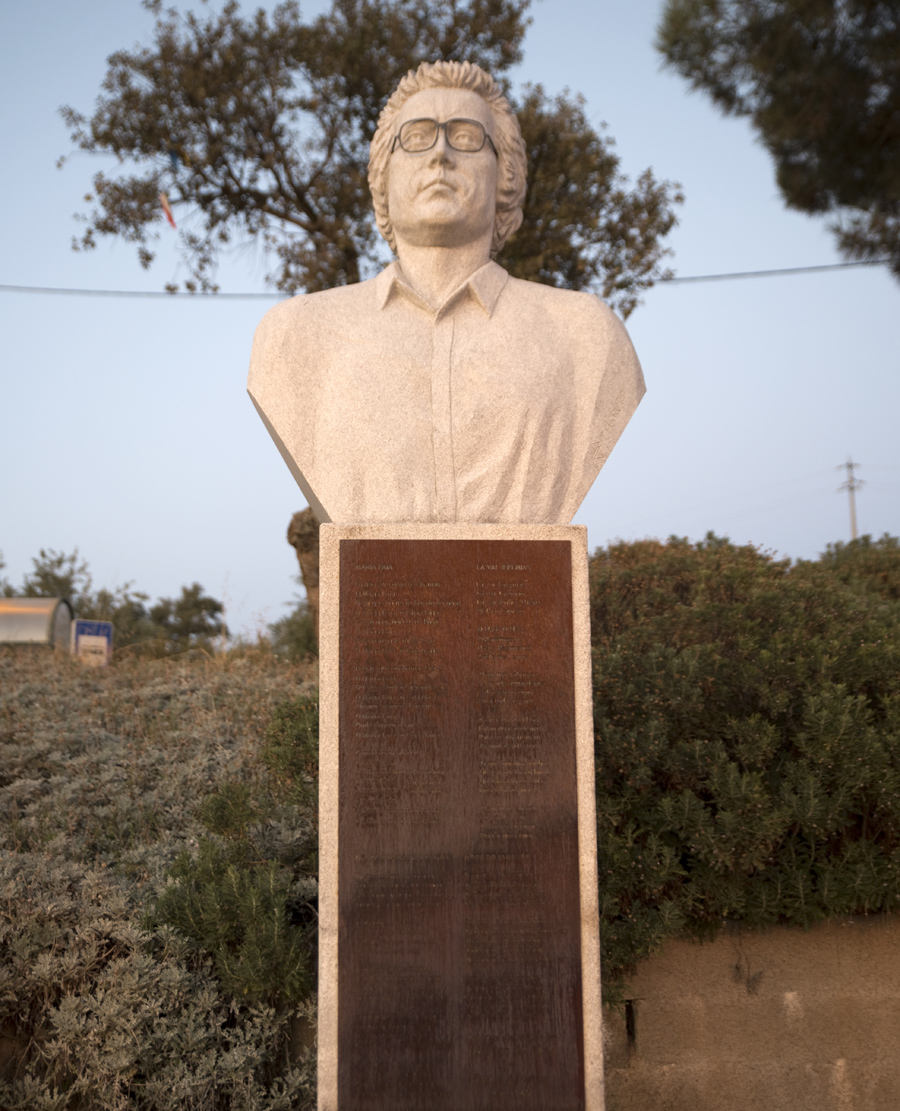 Monumento dedicado a José Afonso com as letras de Maria Faia e Lá vai Jeremias