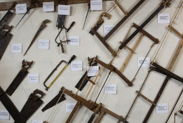 Instrumentos de derrar de carpintaria artesanal