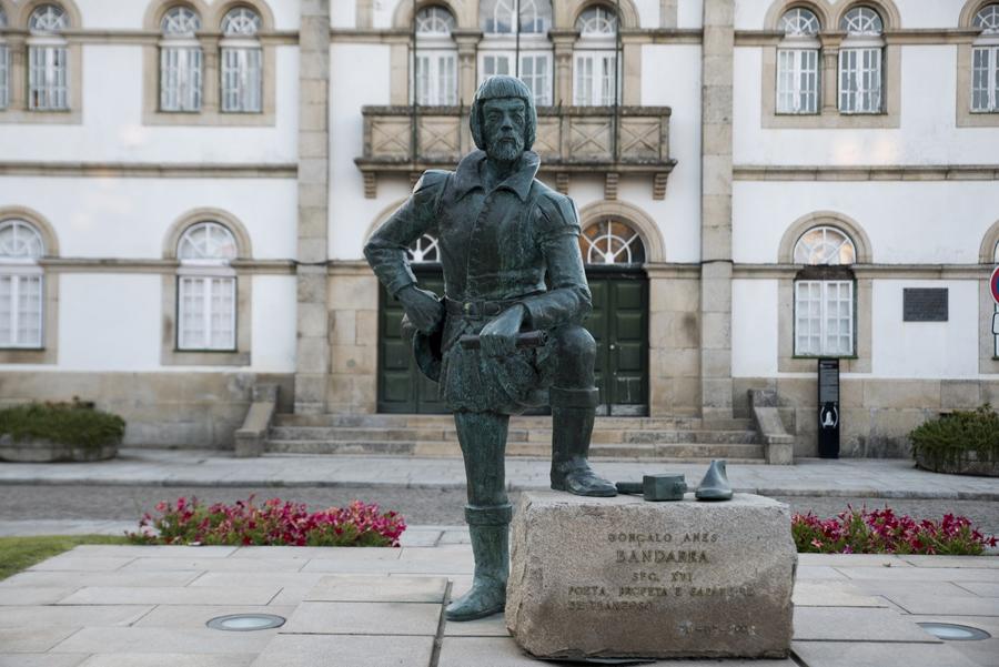 Estátua de Bandarra em frente da Câmara Municipal de Trancoso