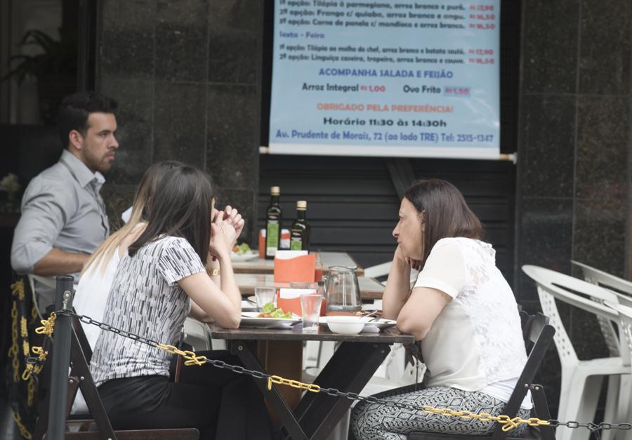 Refeição numa esplanada de Belo Horizonte