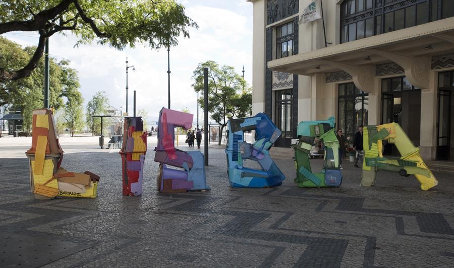 Lisboa de Bordalo II no Cais do Sodré