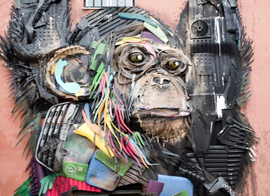Macaco na entrada da exposição de Bordalo II em Xabregas