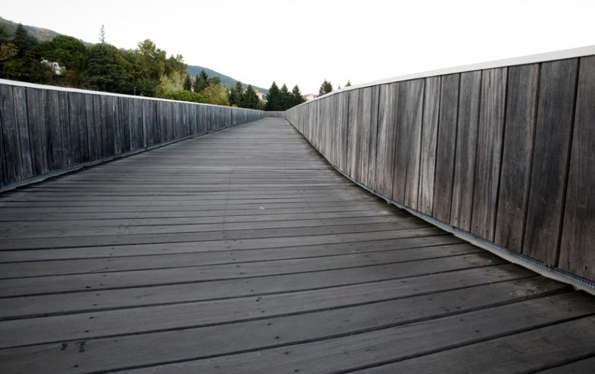 Revestimento de madeira no interior da ponte