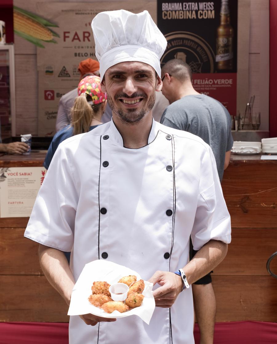 Vitor Martins com bolinhos de milho e bacalhau