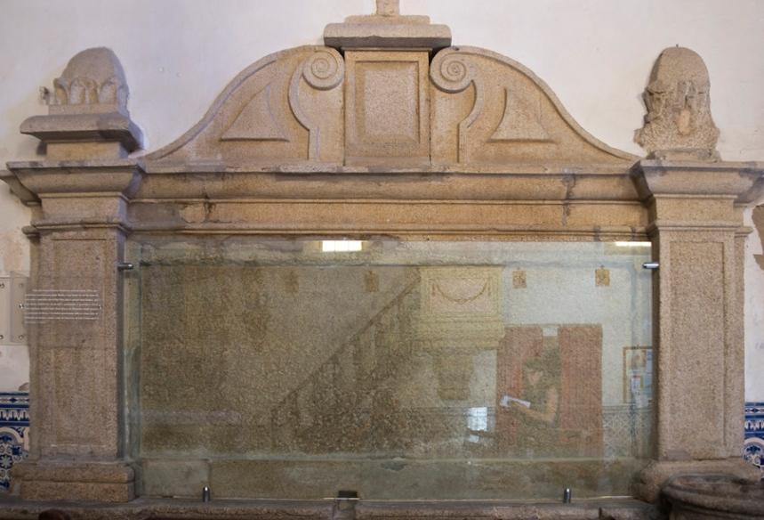 Túmulo na igreja de S. Pedro em Trancoso